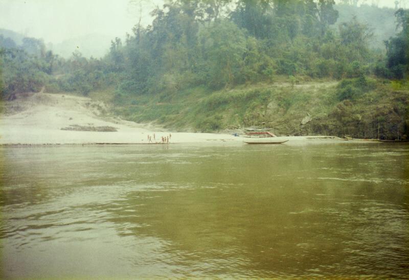 メコン川沿いで手を振るラオスの子どもたち