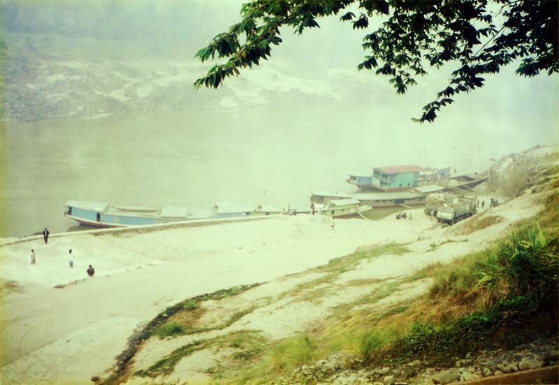 ラオスのメコン川をスローボートで行く